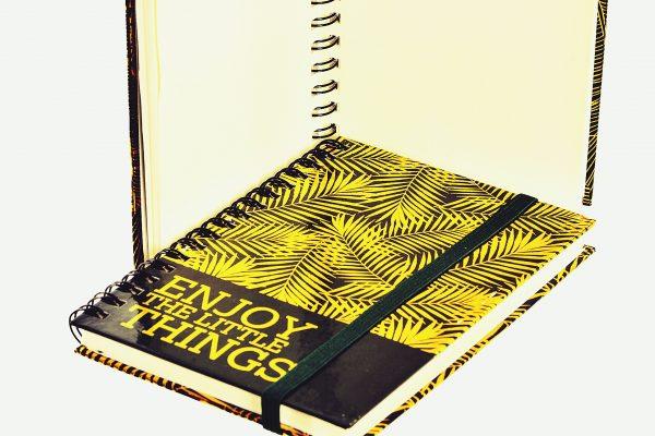 libreta hojas doradas detalle 1942x1440