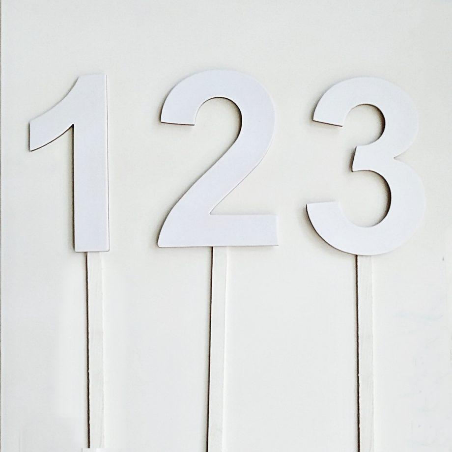 numeros blancos cartón palos 1440x1440