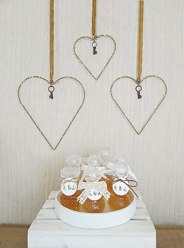 mesa detalles corazones y licoreras